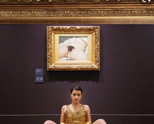 Un'immagine della performance di Deborah de Robertis al Musee D'Orsay